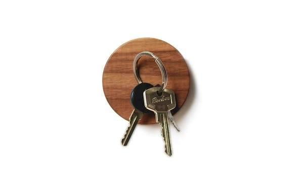 Support magnétique porte clefs rond en bois de noyer Lumenqi - Maison James Close à Antibes