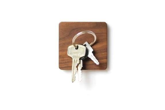 Support magnétique porte clefs carré en bois de noyer Lumenqi - Maison James Close à Antibes