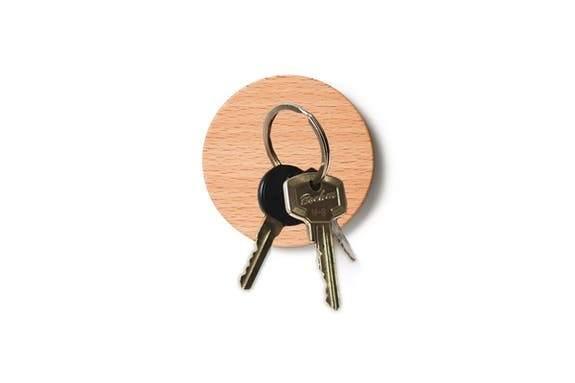 Support magnétique porte clefs rond en bois de hêtre Lumenqi - Maison James Close à Antibes
